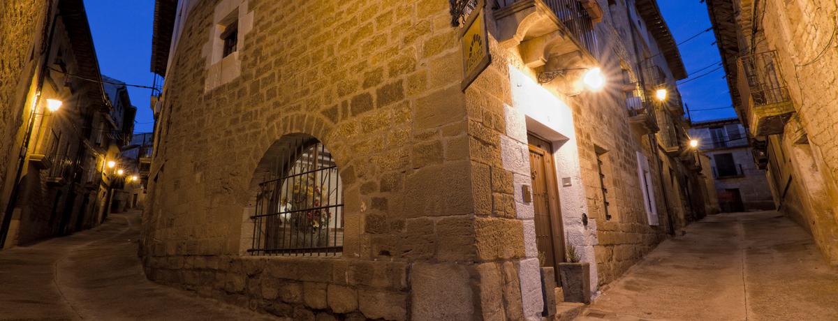 Fachada nocturna del hotel rural Posada de Uncastillo