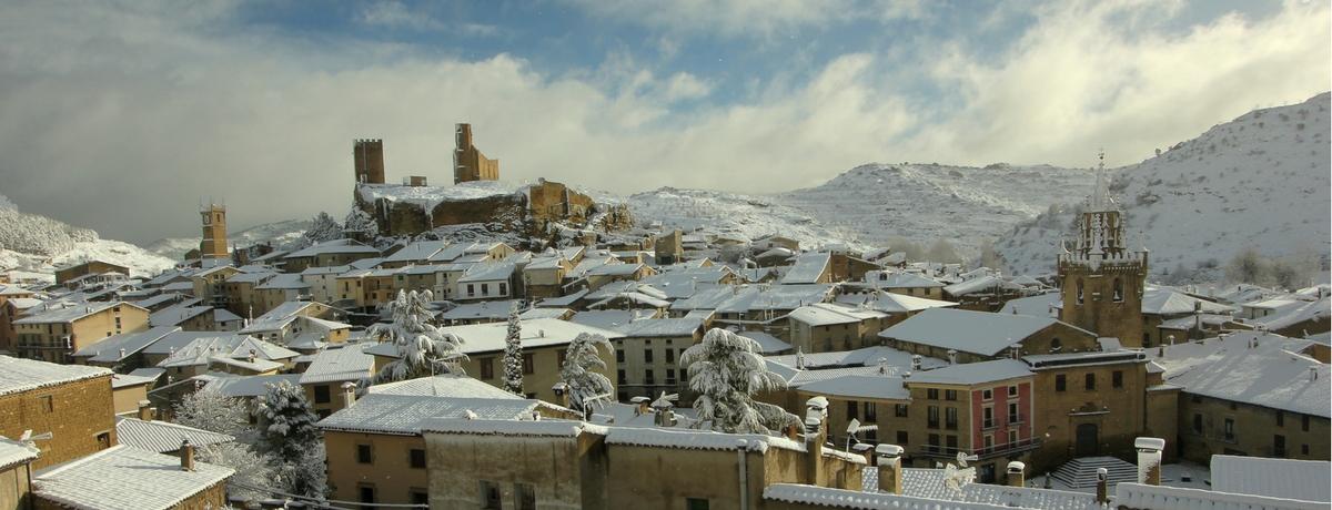 Vista invernal de Uncastillo con Nieve
