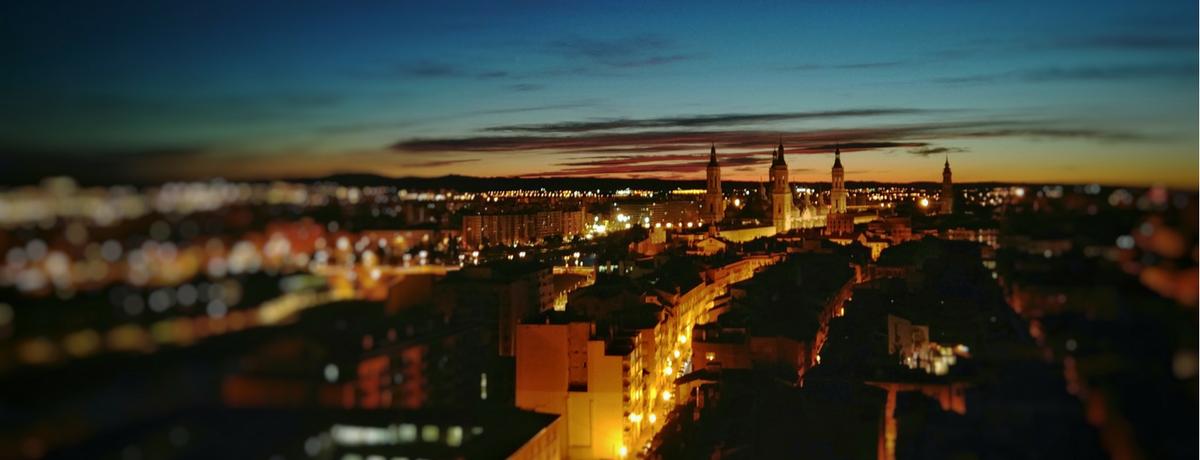 Vista nocturna de El Pilar desde El Mirador de Zaragoza, apartamento de alquiler Rusticae.