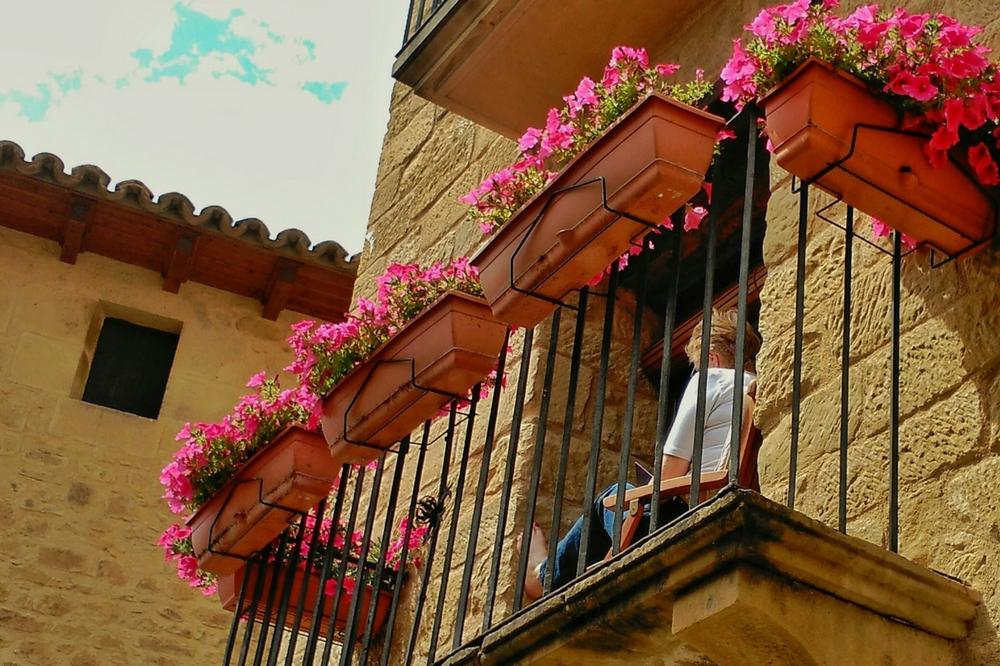 Lectura en el balcón del hotel con encanto Posada de Uncastillo. Turismo rural Rusticae