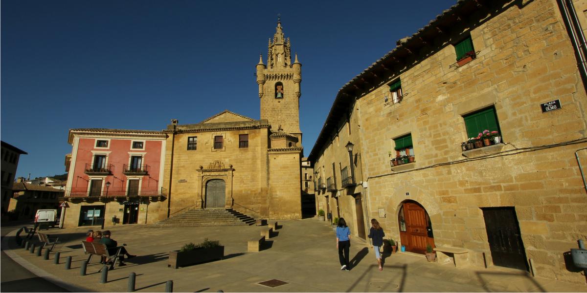 Plaza con iglesia románica de Santa María de Uncastillo, Cinco Villas
