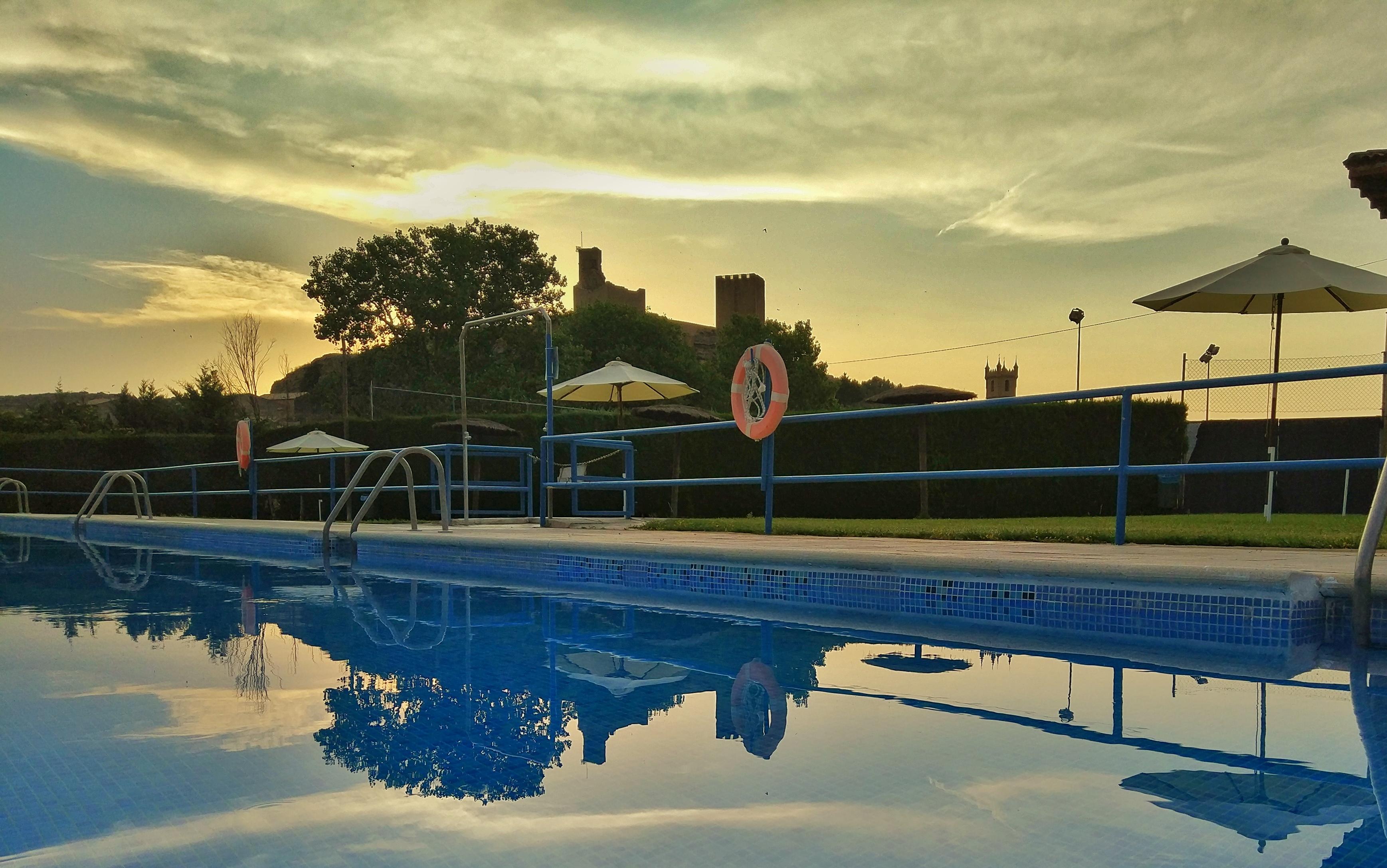 Atardecer en las piscinas de Uncastillo - Cinco Villas